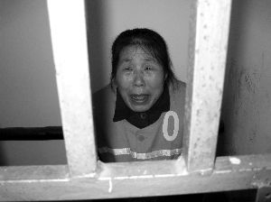 The old lady, Chu, crying behind bars, apologetic.