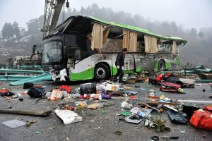 Scene of the Guiyang beltway traffic accident. That morning, a passenger bus from Dongguan of Guangzhou province heading towards Anshun of Guizhou province lost control and rolled over while on the Guiyang beltway, leading to a five car crash (3 passenger buses, 1 small car, 1 small cargo vehicle), causing 7 deaths and 24 injuries. The cause is still under investigation.