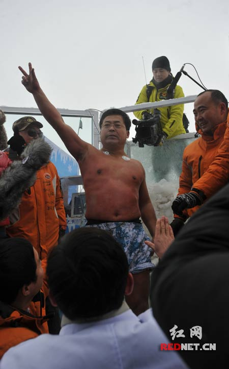 Jin Songhua raises a victory sign in triumph.