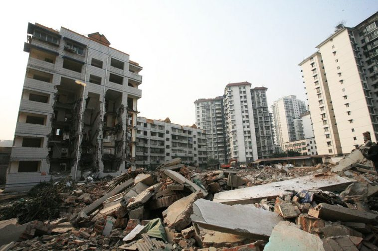 "Yesterday, a ""building in midair from forced demolition"" photograph attracted attention on the internet. A 7 story residential building in Mianyang City of Sichuan province where the top floor resident has not moved has had its bottom 5 floors' stairs demolished by excavators. The developer carrying out the demolition says that this demolition project is a local post-disaster reconstruction project."