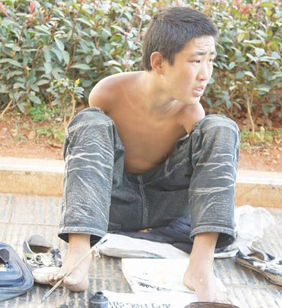 Kunming: Missing both arms, age looks to be approximately 15-years-old. On Nanping Street, have also seen a girl who begs with her back exposed with what looks like burn scars, probably near the Xinhua Bookstore on Nanping Street.