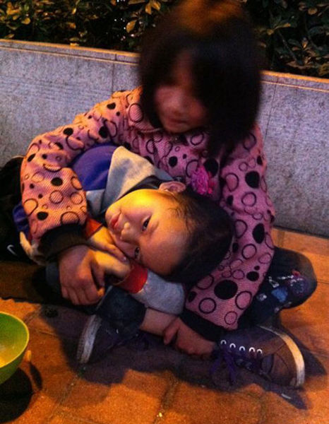 February 8th at 19:20 at the Communications Bank on Jiangnan West Road in Guangzhou were two little child beggars, the boy about 4-years-old, the girl about 6-years-old, written on the floor is a request for two yuan for food. I asked if they were hungry and the children replied that they were. I went nearby to buy bread and then came back but the children had already disappeared, the entire journey lasting only 3 minutes.