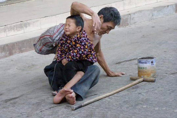 Chinese netizens rally on microblogs posting photos of child beggars and suspected abducted children.