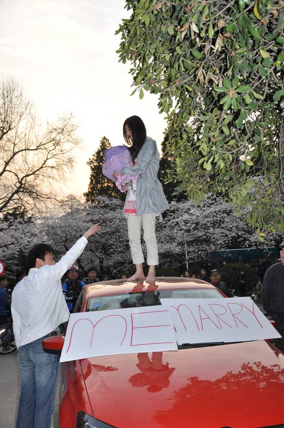 Girl Proposes At Wuhan University Cherry Blossom Festival Chinasmack