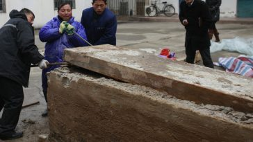 While cleaning and examining, Taizhou museum personnel only found a wooden pillow, Ming Dynasty costumes, pottery, bones, but no relics with writing on them.