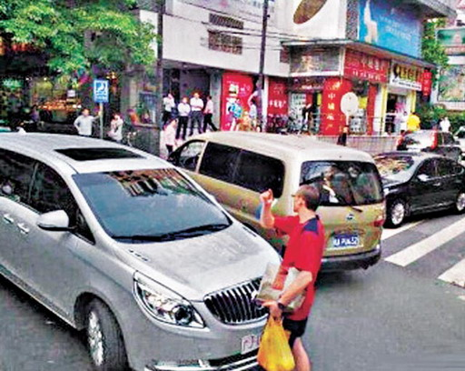 A foreigner in Guangzhou stops a Chinese military vehicle from violating traffic laws.