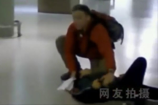 After a son stabs his mother othe Shanghai Pudong International Airport, only a lone foreigner helps the mother as Chinese only stand by and watch.