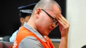 Lian Yong cries during the trial.