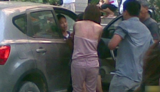 A fight breaks out between a wife and her husband's mistress on the streets of Guangzhou, China.