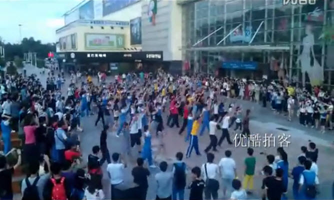 Over 240 Chinese spontaneously broke into dance at a shopping plaza in Zhuhai, China in memorial of Michael Jackon's death.