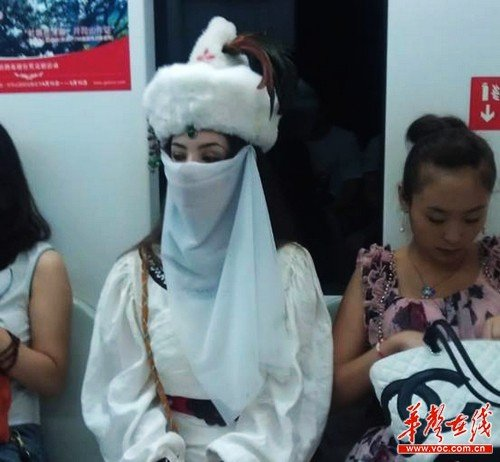 "The ""Loulan woman"" dressed up in Loulan attire, riding the Beijing Metro"