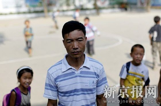 Guo Shougui, 40 years old, is a substitute teacher in Jinzhong Primary School in Qianxi County, Guizhou Province. He's been a substitute teacher for 22 years, waiting wistfully to be officially employed. His monthly salary is around 1000 yuan, less than a half of what an officially employed teacher earns.