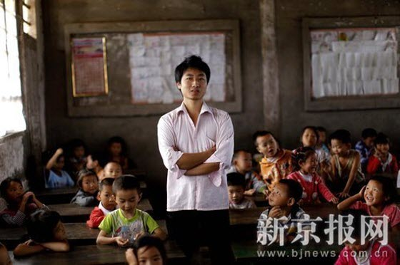 Luo Qilin, 25 years old, has been a substitute teacher at the Xinhe Primary School in Sichuan province for 2 years. He attended his first year of university but later for unexpected reasons dropped out. After several years in the city to seek employment, he went back home to be a substitute teacher. He feels that he's still young and should accumulate experience for now. As for the future, he doesn't worry too much.