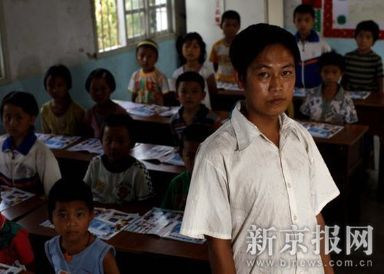 Sun Dayang, 29 years old, unmarried, is a substitute teacher in Yinlong Primary School in western Yunnan Province. Presently, his monthly salary merely amounts to 700 to 800 yuan. He says that he dares not dream about marriage, and if he should not be employed within three years, he'll seek other ways out.