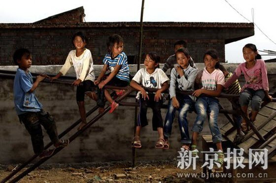 In Yanjiao Primary School, Senshan Village, Guiding County, Guizhou Province, many children play around in the underdeveloped playground in the late afternoon. In this remote Miao (an ethnic minority group in China) village, both boys and girls can go to school; enrollment rate is 100%.