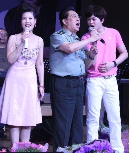 Li Shuangjiang and son Li Tianyi on stage.