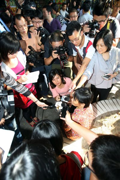 Chen Xiamei, the garbage scavenger ayi who helped a little girl who had been run over twice and ignored by other bystanders, meeting the media.
