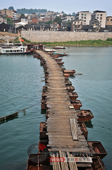 Xiangjiang River photographs, of beauty and of pollution.