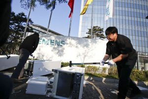 Luo Yonghao smashes his refrigerator with a sledgehammer in front of Siemens' Beijing headquarters to protest an alleged defect or design flaw.