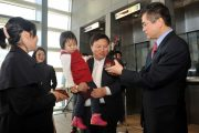 American Ambassador to China Gary Locke presents visas to mainland Chinese visa applicants.