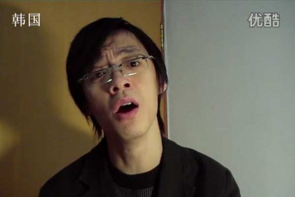 Chinese guy impersonates various nationalities using English to introduce their countries.