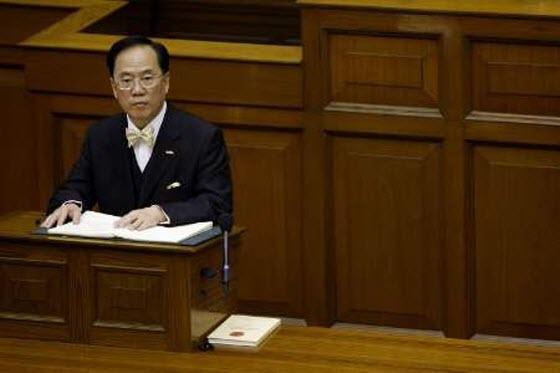 Donald Tsang addressing Hong Kong's Legislative Council.