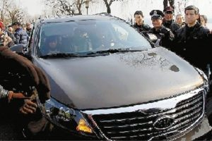 "Shanghainese couple angers Hangzhou residents, calling the latter ""villagers"" after driving onto a protected historic landmark."