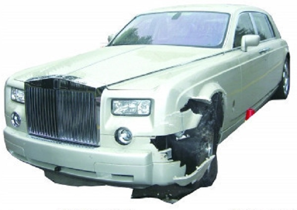 Nanjing Driver Hits Rolls-Royce Phantom, Faces Financial Ruin