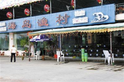 "A desolate Sanya seafood stall restaurant following ""Customer Fleecing Gate""."
