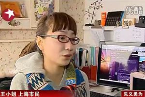 """Young Chinese woman confronts pickpocket on Shanghai subway, dubbed """"female knight"""" by netizens."""