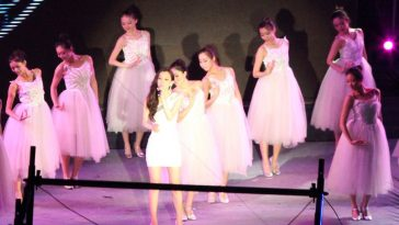Christine Fan sings at the wedding concert.