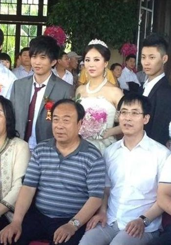 Photo of the wedding party.