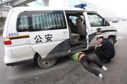 An illegal cab driver making a scene on the street during a police raid has sparked debate among netizens over whether police should ease up on investigations.