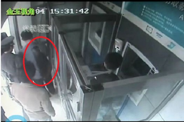 An ATM queue jumper was angrily stabbed, yet calmly completed his transaction despite bleeding profusely. Netizens argue if the queue jumper or stabber was correct.