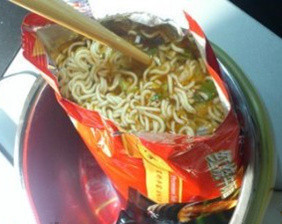 Eating instant noodles in a fast and easy way