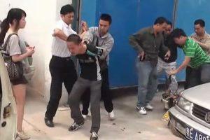 Foshan police arresting suspects.
