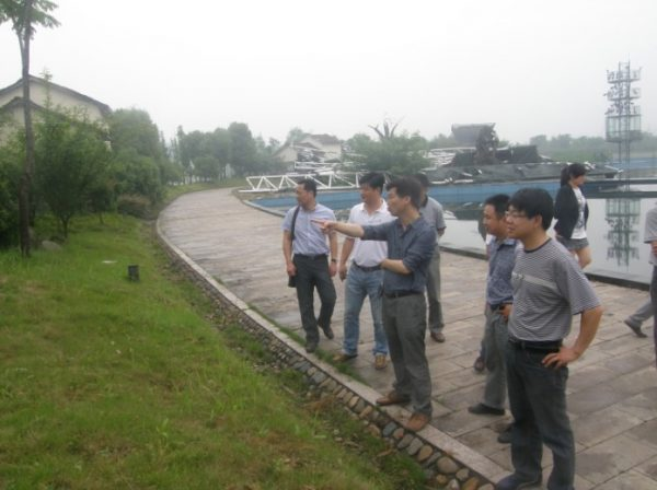 The original photo of the Hangzhou Yuhang government officials inspecting the landscaping of Nanhu Beach Park.