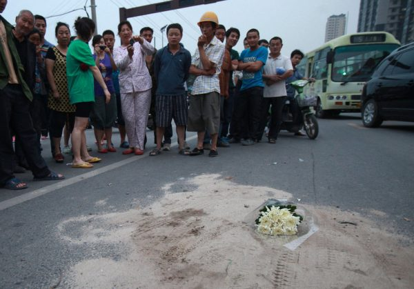 A bouquet of white flowers placed at the site of a tragic traffic accident that killed a young girl in Xi'an, China.