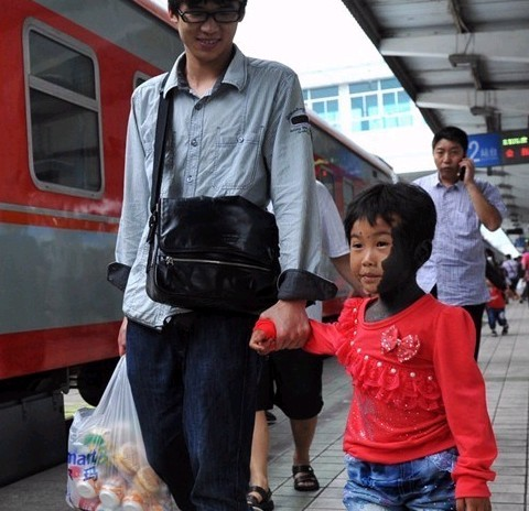 Lili boarding a train to Shanghai for treatment.