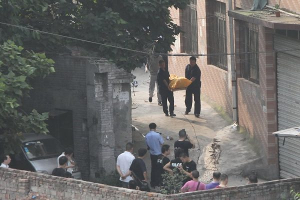 Police carrying out the bodybag containing the body of Chinese serial robber and murderer Zhou Kehua after he was shot dead by police in Chongqing.