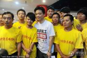 """Cui Yongyuan treats 152 migrant workers who participated in rescues during the 2012 """"7.21"""" Beijing rainstorm disaster."""