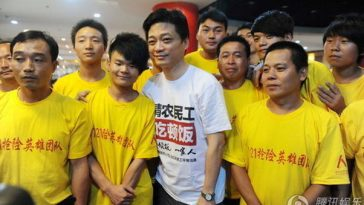 "Cui Yongyuan treats 152 migrant workers who participated in rescues during the 2012 ""7.21"" Beijing rainstorm disaster."