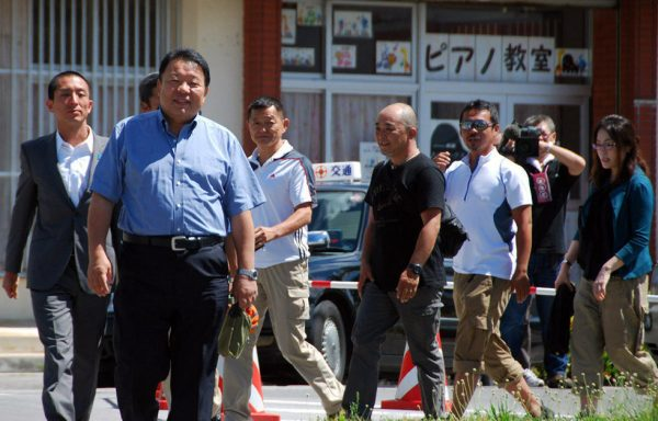 The right-wingers are on their way to Yaeyama Police Station of Japan.