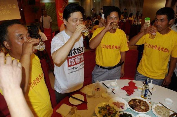 Cui Yongyuan is drinking with some of the invited migrant workers.