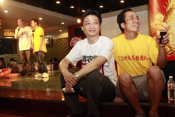 Cui Yongyuan is taking a picture with one of the migrant workers off stage before he is about to come on stage and host.