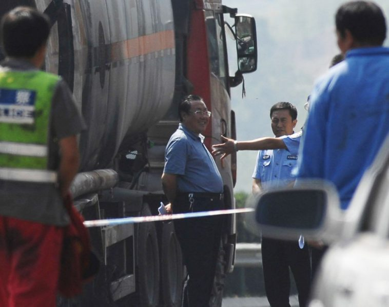 Yang Dacai is smiling at the scene of the accident.