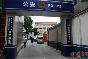 Yesterday (July 30th) morning, Peng Peng and his father arrived at the police to make a report. Text and photos: Xian Yang