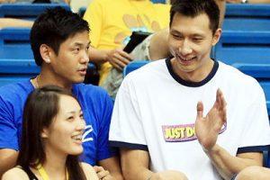 basketball star Yi Jianlian smiles at a pretty girl