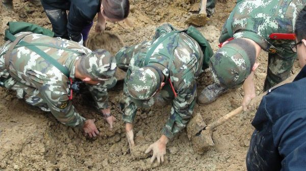 Soldiers are digging the buried.