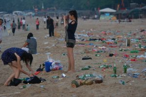 50-tons-of-garbage-scattered-on-the-beach-by-tourists-06